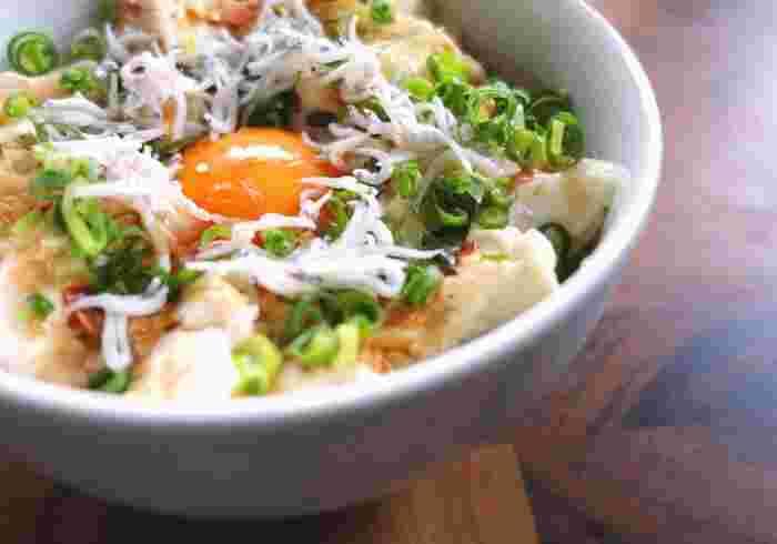 お豆腐にシラス、卵黄など、材料を盛り付けるだけでできる、簡単&ヘルシーな卵かけごはん。お豆腐はあらかじめしっかりと水を切っておくことで、さっぱりとした味わいに。お好みでキムチやごま油をプラスしても◎