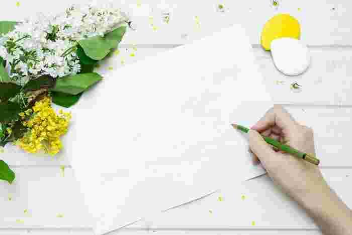 時間があったら、自分にやる気をチャージしてくれる言葉を大きめの紙に、丁寧に書いてみるのも効果的です。心にしっかりと深く刻み込まれます。お気に入りの書きやすいペンで書いてみましょう。  静かな気持ちで「書く」ことに集中すると、言葉がじんわりと心に染み込んできます。
