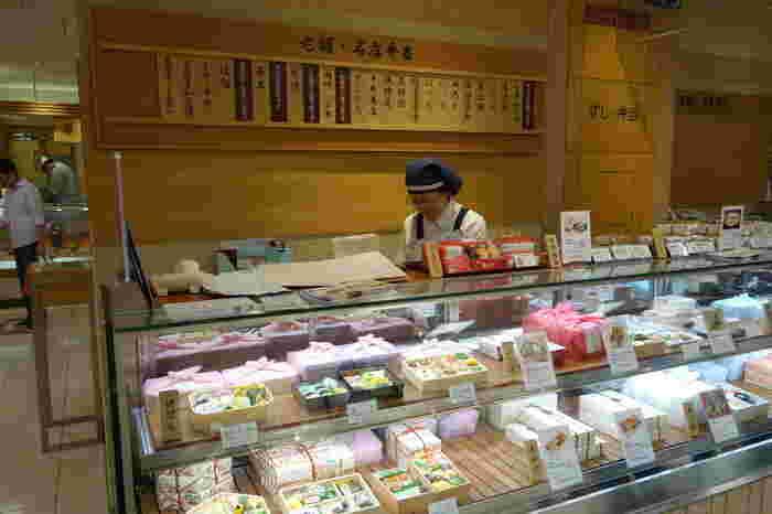 「JR京都伊勢丹」の地下1Fにも「紫野和久傳」の店舗はありますが、こちらの「鯛ちらし」は地下2Fの「老舗・名店弁当」コーナーで購入することができます。