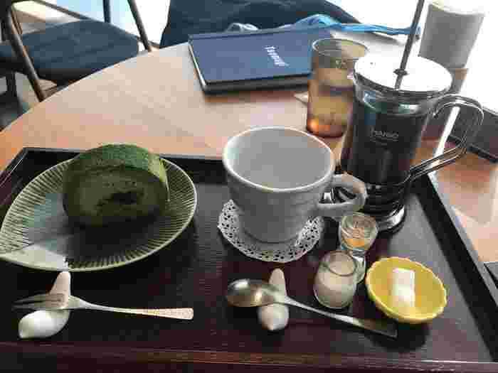 カフェタイムは、大阪で有名になった「堂島ロール」とコラボしたオリジナルメニューも人気です。こちらは、生地と生クリームに上質な抹茶を混ぜ込んだ「お抹茶ロール」。コーヒーと一緒にゆっくりと味わってみませんか?