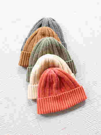 「CAL O LINE(キャルオーライン)」のウールシルクニットキャップは、ウールの高い吸湿性と、シルクの高い放湿性でいつでもキャップの中は快適。色鮮やかなカラーもアウトドアらしくて◎。