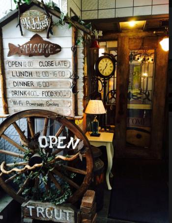 不思議な空間へ迷い込みそうな、古い物語が始まりそうな予感がするカフェ「オキドケイ」。アンティークで落ち着いた雰囲気のお店です。