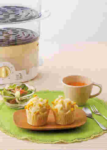 コーンのつぶつぶ食感がクセになる蒸しパンです。温めてトロッとしたチーズもおいしいですよ。