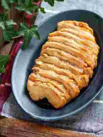 大皿でどんと出せる、ボリューミーな一品です。作り方はとっても簡単で、鶏肉と調味料を揉み込み、30分以上置いたら袋ごと茹でるだけ!電子レンジで加熱する方法でもOKです。甘辛味でご飯もお酒も進みそう♪