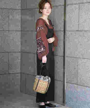 注目のブラウン系の刺繍ブラウスは、今シーズン人気のサロペットやかごバッグと組み合わせても素敵。程よいBOHOミックスがオシャレです。