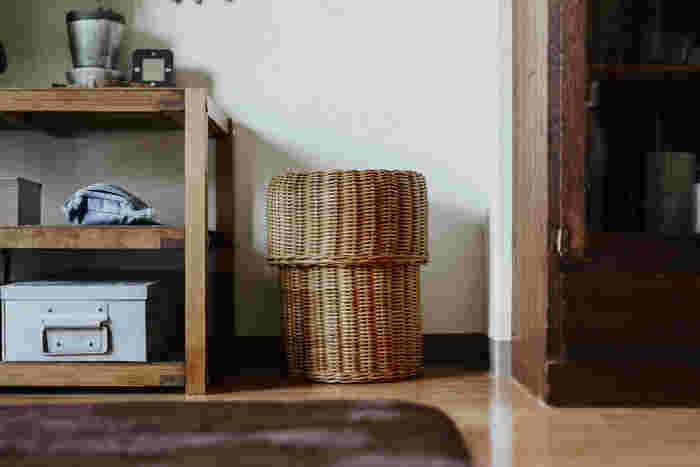 木製家具がメインのこちらのおうちでは、ゴミ箱も天然素材のものをチョイス!一見スツールのようなデザインで、お部屋のインテリアの一部として上手く溶け込んでいますね。