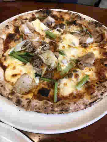 地産地消にこだわったお料理が人気で、ピザにも奈良県産の食材が使われています。たとえば「町家」というピザには、奈良県産の玉ねぎと白味噌のソースに、鯛や山椒、モッツァレラがトッピングされています。ほかにも奈良漬けを具材に使用した「馬酔木」など個性的なピザもおすすめですよ。