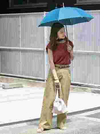 傘もコーデの一部と考えて、絶妙なカラーリングに。バッグはフェイクレザーなので雨にぬれても大丈夫。パンツは裾をロールアップすれば慌てずに対処できます。