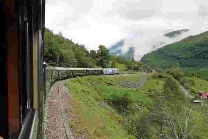 山岳地帯を走るフロム鉄道は移動だけでなく、ノルウェーの景色を楽しむための大人気の観光アトラクション。