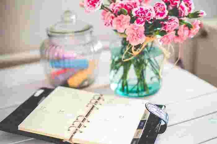 気軽に悩みを打ち明けられる人がいれば気分転換もできますが、一人で抱えてしまうこともありますよね。 悩みや不安で心がいっぱいになっていると、解決の糸口が見つからなくなってしまうことも。  そんな時は、絡まった心を整理するために日記をつけてみましょう。  まずは、モヤモヤした悩みや不安をそのまま書き出します。考えているだけでは整理がつかない思いも、紙に書き出すことで「自分はこんな不安を抱えているんだ」と意外な発見をする場合があります。