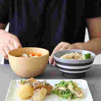 天然のなつめの木を使った、木目が美しいお椀は「KOZLIFE」のもの。コロンとした形が愛らしいですね。ご飯と並んで毎日きちんと摂りたいお味噌汁や汁ものにピッタリです。