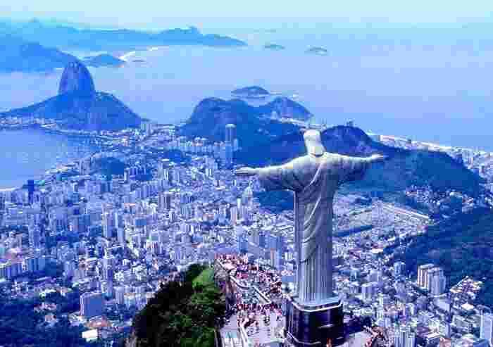 海に面したブラジルの大都市リオ デ ジャネイロ。シンボルにもなっている高さ38 m のコルコバードのキリスト像がそびえ立つ丘や、イパネマビーチ、コパカバーナビーチなどの観光地も充実した、自然と文化が融合した美しい街です。