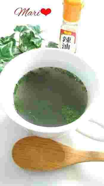 調理時間30秒のわかめ&生姜のスープ。鶏がらスープの素、乾燥わかめ、チューブの生姜を少々、ブラックペッパーをカップに入れてお湯を注げば完成です。お好みでネギやラー油を入れて風味をアレンジするのもおすすめです。