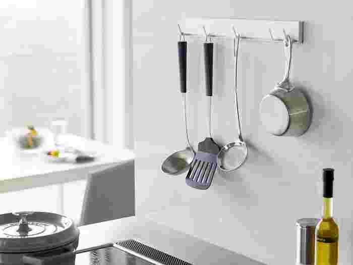 コンロ周りの壁にtowerシリーズのマグネット式フックを取り付けて、キッチンツールを収納するアイデアです。 おたま・フライ返しなど、鍋やフライパンで調理するときに使う道具は、コンロ周りに集結。  キッチンツールの色や大きさを揃えれば、見た目もスマートに。