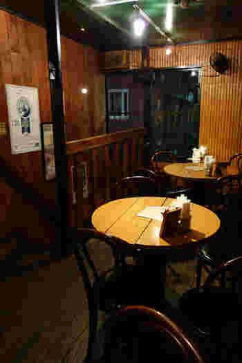 まるで昔からある老舗喫茶店のように、木と人のぬくもり溢れる店内です。カウンターとテーブル4つのお店は、1階がキッチンになっており、ベルを鳴らして店員さんを呼ぶシステム。