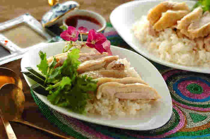 火を使わずに簡単に作れるシンガポール風チキンライスレシピ。下味をつけた鶏もも肉をお米、パクチーと炊くだけでOK。パクチーも一緒に加えることで本格的な味わいに。3種類のたれで、最後まで飽きることなく食べられるのもうれしいですね!