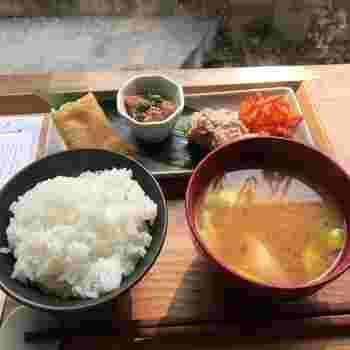 """こちらのモーニングは""""旅する朝ご飯""""がコンセプト。旅行中に美味しいものに出合えた時の特別な気持ちを楽しんでもらいたいと、季節ごとに日本各地の食材を使った和朝食がいただけます。"""