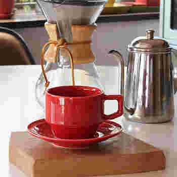 「ハサミ」のカップ&ソーサーは親しみやすいシルエットに、元気をくれそうな色合いが素敵です。