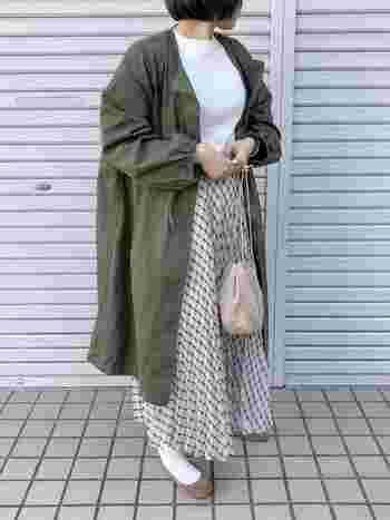 今の時期にぴったりなカーキ色のモッズコート。メンズライクなアイテムなので、プリーツスカートやフラットシューズなどのガーリーなアイテムと合わせてみて。