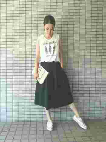 ふんわりしたスカートのラインからすっと流れるような足のラインがとても綺麗です。コンパクトにまとまったコンバースならではのラインです。