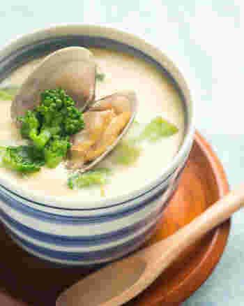 菜の花とあさり、春らしい食材を使った茶碗蒸しのレシピです。手間がかかりそうな茶碗蒸しも。お鍋で蒸せばグッと手軽に作れますよ。