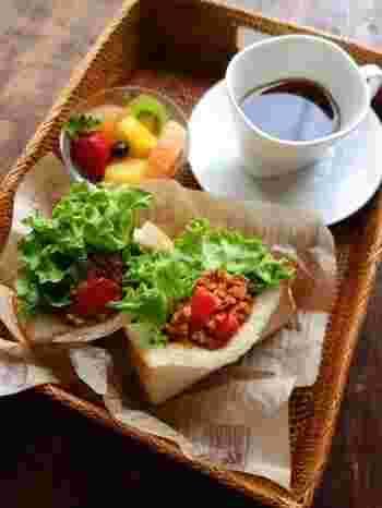サンドイッチは挟むだけじゃない!ポケットサンドにすれば、具がこぼれないのでバリエーションも広がります。こちらはお肉が入って食べ応え満点のタコス風。