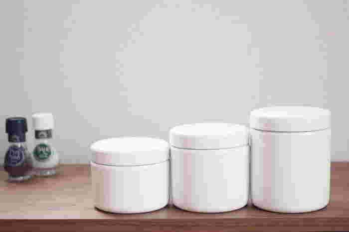 まるで茶筒のような、丸くて可愛らしいシルエットの「TUTU(ツツ)」は、S・M・Lの3サイズ。あえて見えるところに置いておきたくなるデザインです。