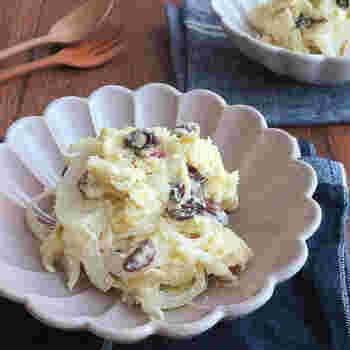 レンジで簡単に作れる自然なあまみがおいしいヘルシーサラダ。レーズンと玉ねぎが味と食感のアクセントになり、いくらでもいただけそう。