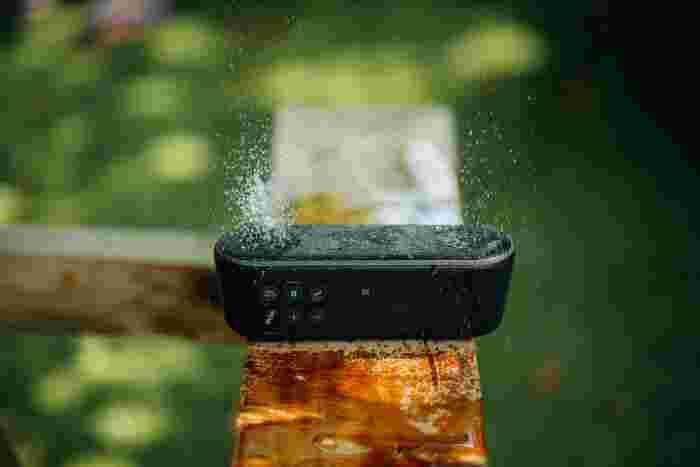雰囲気を盛り上げるのに音楽は不可欠ですよね。アウトドア用のスピーカーがあると便利です!Bluetoothでスマートフォンには入っている曲を再生できるものもありますよ。BBQ用のオリジナルMIXを作っておきましょう!