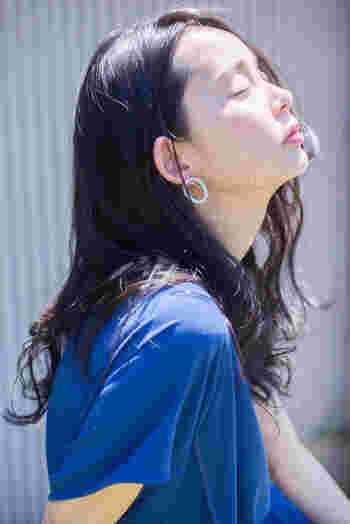 日差しに溶け込むツヤに目を奪われるシアーなリップ。潤いをたたえた唇は、お手入れが行き届いている印象を与えてくれます。