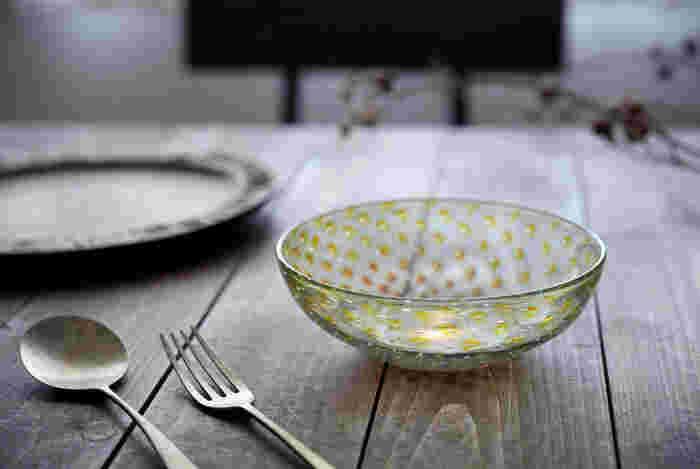 淡い黄色をアクセントにした温かみのある優しい色合いは、素朴な風合いの陶器やアンティークのカトラリーとも相性抜群です。いつものテーブルコーディネートに涼やかなガラスの小鉢をプラスして、季節感あふれる爽やかな食卓を演出してみませんか?