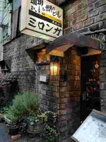 小宮山書店の角を曲がり、裏路地へ…地下鉄A4出口すぐのこのエリアは、知る人ぞ知るレトロ喫茶街。個性的な喫茶店がひしめき、観光スポットとしても人気。その中でも比較的並ばずに入れるのが「ミロンガ ヌオーバ」です。