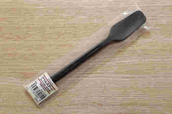 同じシリコン製の調理用品では、こちらの「ジャムスプーン」も人気です。小さめサイズで瓶からジャムをすくいやすく、パンにも塗りやすい便利なアイテムです。