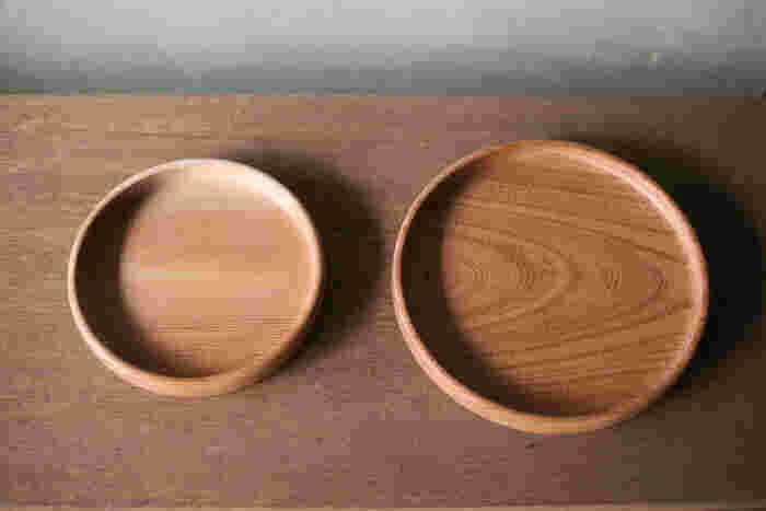 サイズは、Ø19.5(内径18)の1~2人用の「小」と、Ø24.3(内径22.8)の2~3人用の「大」があります。お手入れも、オリーブ油などを布に含ませて拭いていくことで、自分だけの器に育てて行くという贅沢な楽しみもあり、永く愛用できます。