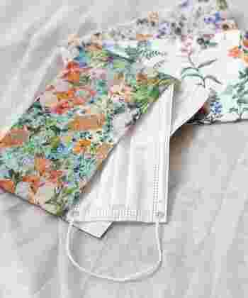 気分が明るくなる色鮮やかな日本製の花柄マスクポーチ。布製で金具などが付いていないので、使うたびに丸ごと洗えて衛生的です。内側は白生地でサイドにゴムが付いており、ひっくり返してマスクにもなる優れもの。