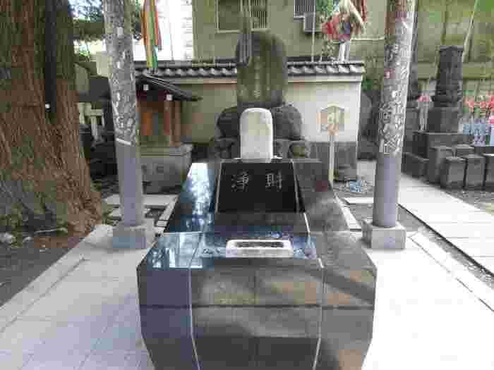 敷地内には「力塚」、「旧国技館跡」の案内板、「ねずみ小僧の墓」など、見どころも多く、相撲発祥の場所ならではの歴史溢れるスポットとなっています。