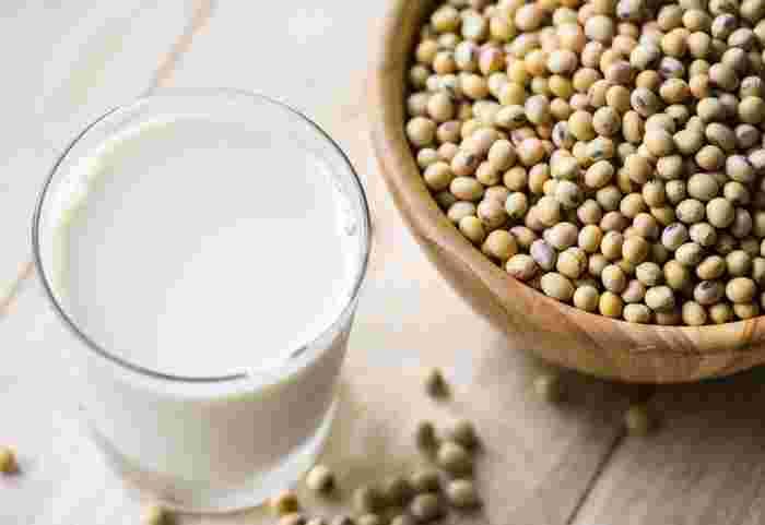 """日本人の食生活に古くから馴染みのある「大豆」は、""""畑の肉""""と呼ばれるほど良質なたんぱく質が豊富。また、大豆イソフラボンは女性ホルモンと似たような働きをするため、頻繁に摂取したい食材です。"""