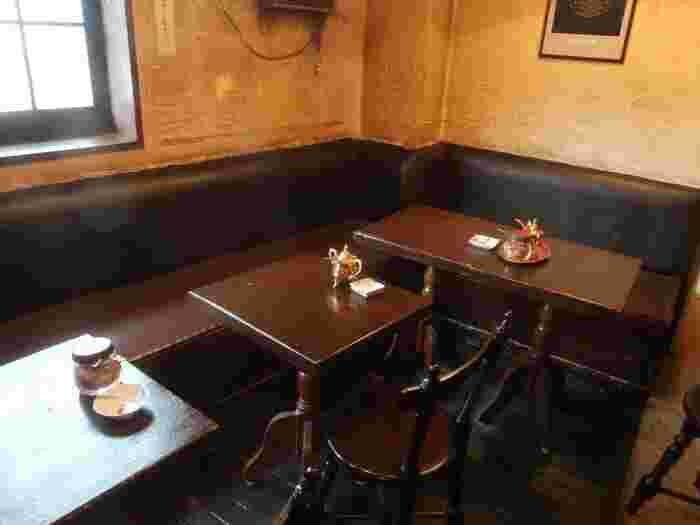 1964年創業の歴史ある喫茶店です。JR新宿駅からの場合、西口から徒歩2分程となります。アンティーク感漂うダークブラウンのテーブルやイスも、大変レトロで雰囲気があります。