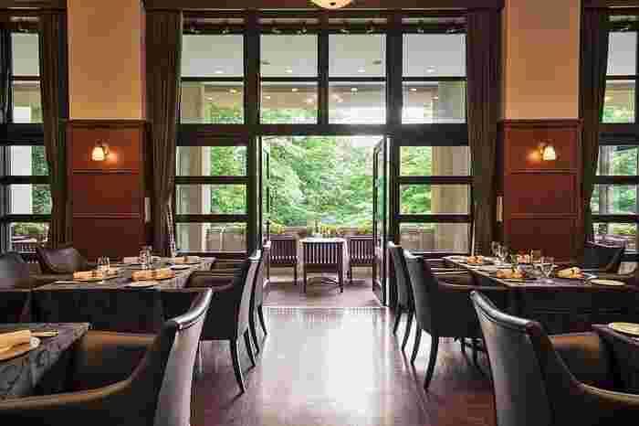 森の中のホテルのような雰囲気。屋根のあるインナーバルコニーでもお食事できます。