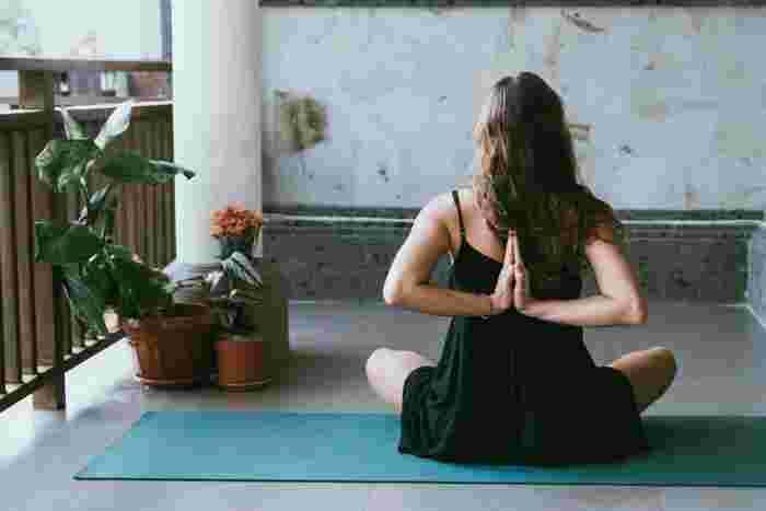息が上がらない範囲で、気持ちよく身体を動かすことができるヨガ。小さなスペースでもできるので、場所を選ばずどこでもすることができますよ。