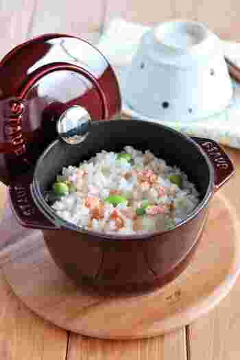 ココット鍋には、炊飯をメインにしたものもあり、とても人気です。煮物などほかの料理にも使えて便利。こちらは、「ストウブ・ラ・ココットde GOHAN」。