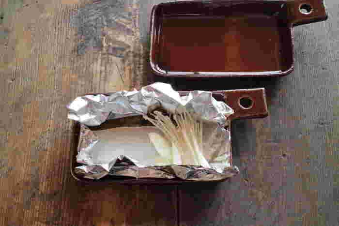 こっくりとした色味の釉薬は、益子の伝統釉のあめ釉を使用。この器は耐火性があり、そのままオーブンなどに入れて調理することがでます。