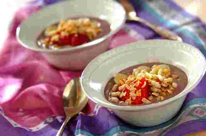 健康や美容にいいとされる果物「アサイー」をスムージーにした「アサイーボウル」。紫色も美しく、ヨーグルトとの相性も抜群。バナナなどのお好みのフルーツにグラノーラなどをトッピングしてさっぱりと。甘さはハチミツなどで調整して。朝食や夏のデザートにピッタリです。
