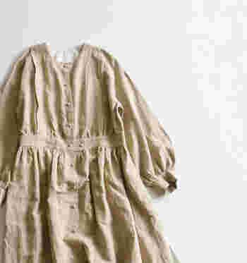 同じような型のワンピースでもギャザーの入り方、ウエストの位置で雰囲気が全く異なります。こちらはウエストがしっかりととられていてスカート部分にボリュームがあるため、ロマンティックな雰囲気があります。お袖のボリューム感も可愛いですよね。