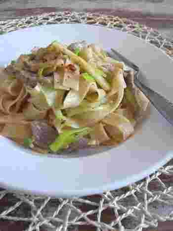 和風のようであり、中華風のようでもあり、でもタリアテッレを使ったイタリアンでもあるこちらのレシピ。筍の季節でなくても、冷凍したものや水煮があればお肉類と葱でささっと作れるひと品です。