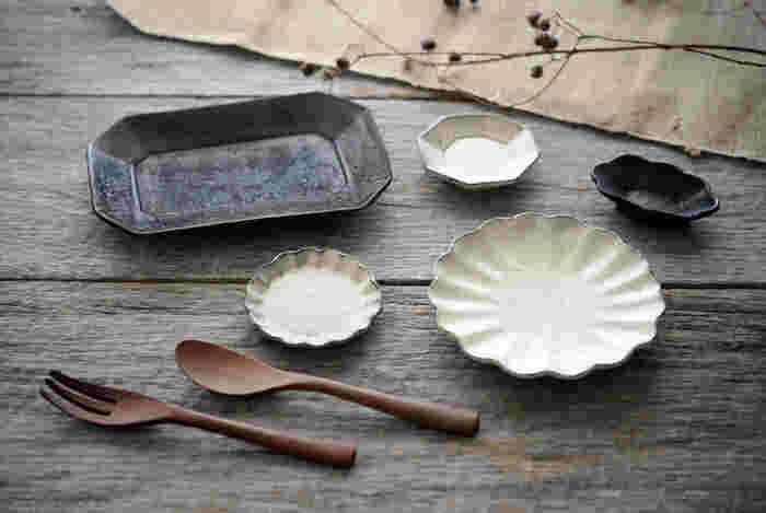 ほどよい厚みのある加藤祥孝さんの和食器。手作りならではの、あたたかな雰囲気が食卓を彩ります。こちらのショップでは粉引・鉄釉を中心に、灰釉・青白磁とバリエーションを揃えています。 それぞれ相性も良いので、お好みで揃えてお楽しみくださいね。