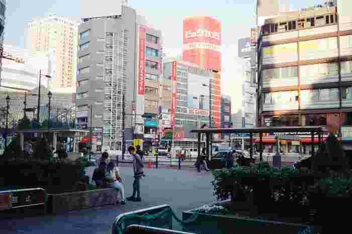 「池袋」は新宿駅からJRで約5分の場所にある大きな繁華街です。都心から少し距離があるものの、駅を利用する人の数は新宿・渋谷に次いで3番目に多いと言われています。駅周辺には個性的な魅力を持つレジャー施設があるため、デートや家族旅行などにおすすめのエリアです。