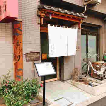 浅草寺の裏手、言問通り沿いにある「おにぎり浅草宿六」は、昭和29年創業の老舗。都内最古のおにぎり専門店です。
