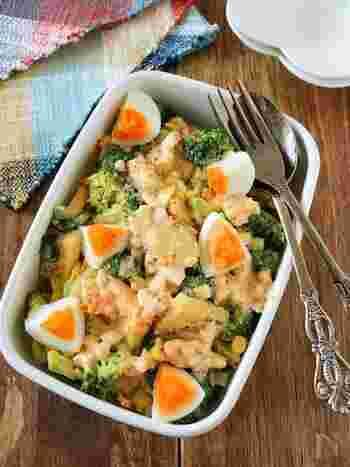 卵をたっぷり使ったタルタルサラダのレシピ。タルタルソースにも具材にもゆで卵を使っています。ブロッコリーや新じゃがをゴロゴロ入れて、食べ応えのある一品に仕上げましょう。あと一品欲しい!というときにも活躍してくれそうです。