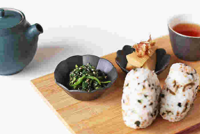 黒の深さのある豆皿は、まさに万能。どんなおかずでも、より美味しそうに引き立ててくれますね♪落ち着きのある、日常使いしやすいアイテムです。